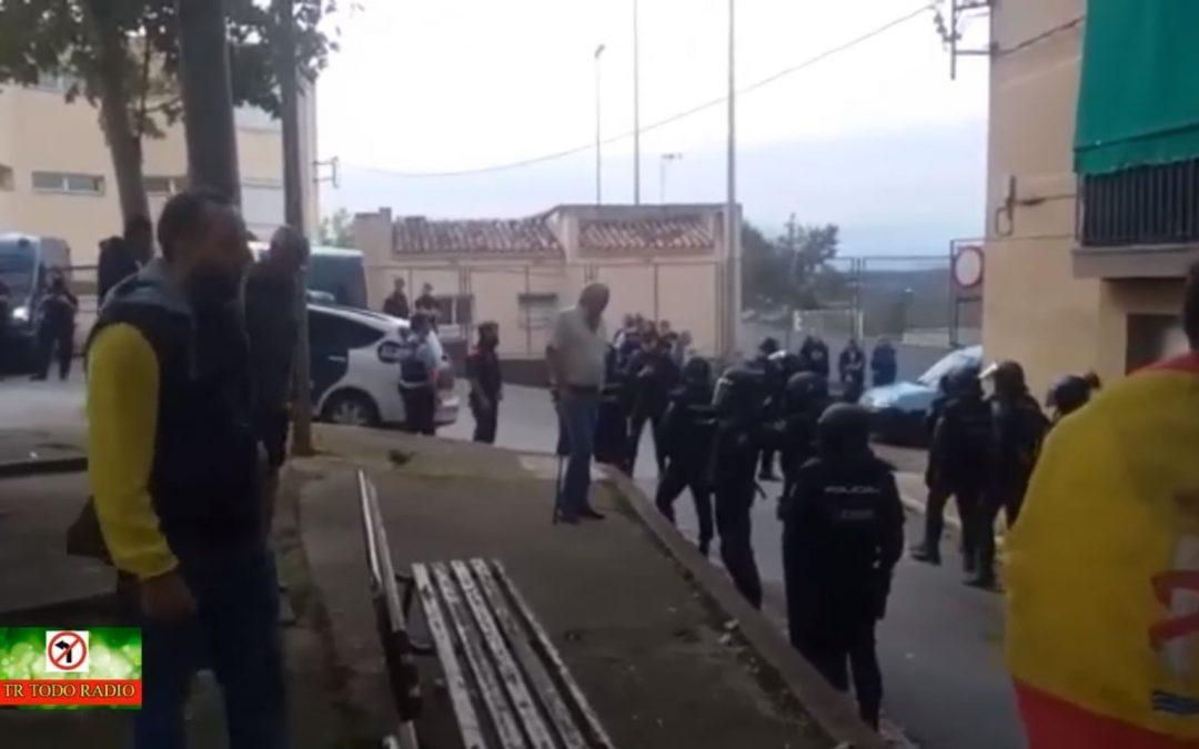 Lo nunca visto: gitanos defienden a la Guardia Civil tras romper urnas en Gerona
