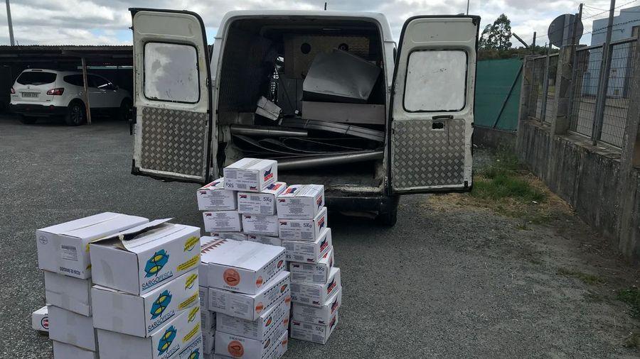Pillan a cinco gitanos con 400 kilos de acero inoxidable y 47 cajas de mariscos robadas en una empresa de Rábade