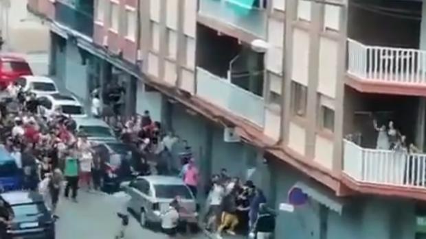Una manifestación contra una familia gitana acaba en batalla campal en La Llagosta (Barcelona)
